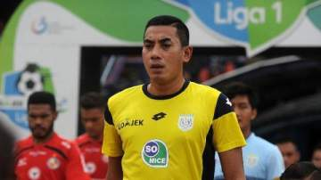 Indonesian Goalkeeper Dies On The Pitch After Collision With Team-Mate (Video)