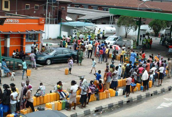 PIC.18. QUEUE FOR THE PURCHASE OF KEROSINE IN LAGOS