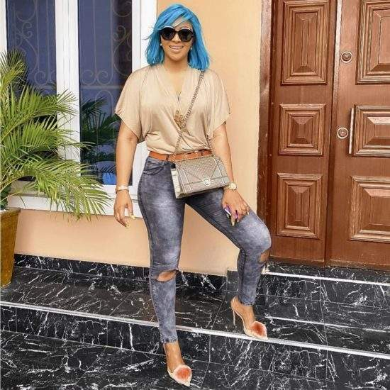 Lilian Esoro flaunts new blue hair, says she is serving a high degree of hotness (Photos)