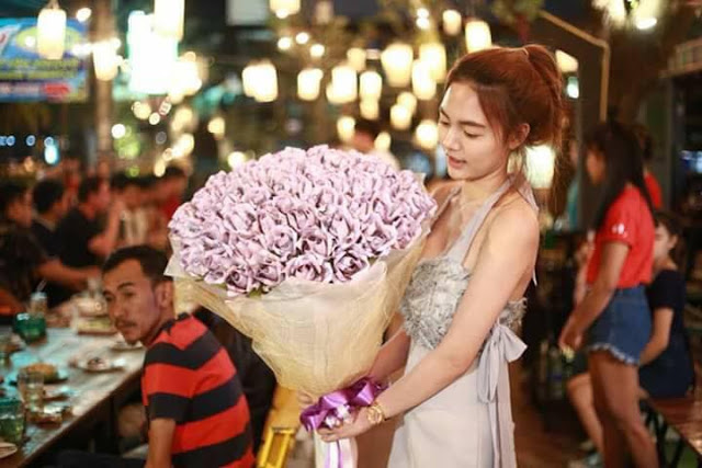 Картинки по запросу A student from Thailand gave a young man a bouquet made of money.