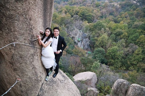 PROD Newlywed Couple Poses For Wedding Photos On Cliff Face In Zhumadian 1