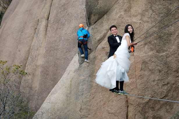 PROD Newlywed Couple Poses For Wedding Photos On Cliff Face In Zhumadian 2