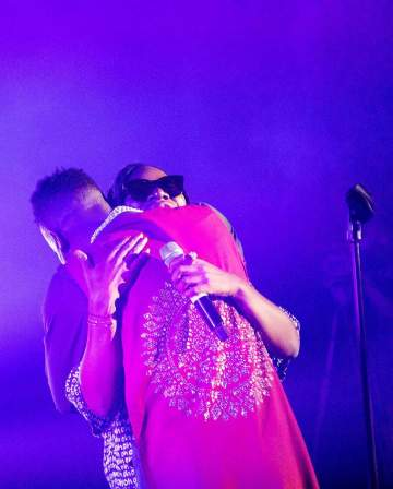 Adekunle Gold Praises Asa As He Kneels To Greet On Stage As They Perform Together