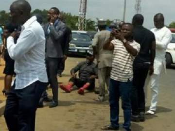 Photo Of Dino Melaye Sitting On The Floor While Resisting Police Arrest