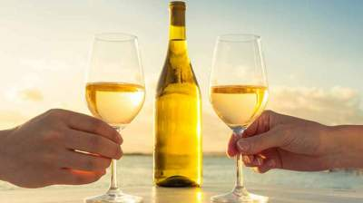 6 Reasons To Drink More Of White Wine
