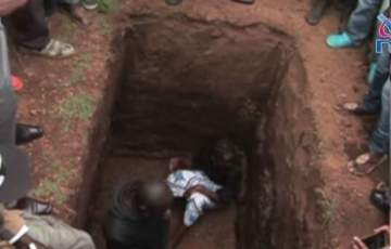 Woman jumps into her husband's grave to stop burial over release of his alleged murderer (Photo)