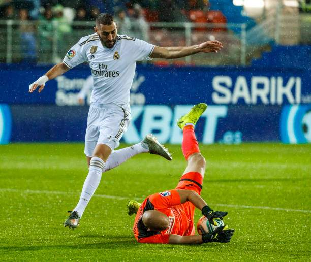 Dmitrovic Of Sd Eibar And Karim Benzema Of Real Madrid Battle For The Picture Id1182281458?k=6&m=1182281458&s=&w=0&h=PCwBg2f59mN3u_XJnWcjl9l5DK5lRolsX51oouGUdg8=
