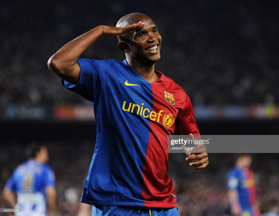 Samuel Etoo Of Barcelona Salutes The Crowd As He Celebrates Scoring Picture Id85553328?s=28