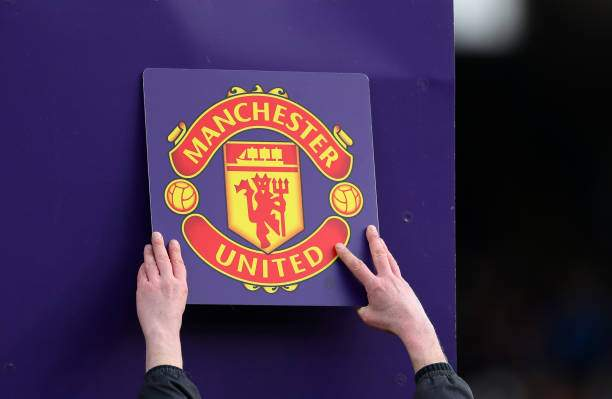 The Manchester United Club Badge Is Put Up On The Board During The Picture Id1128507629?k=6&m=1128507629&s=&w=0&h=9KpjWo1z4Gn1ZrGJIIW9ZFg7lwW7Ta0gKHCDN5dCzNg=